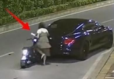 #女子骑车撞上宾利后逃逸#不要就事论事,依法为准!-米时光
