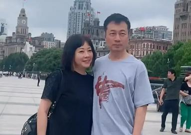 《法证先锋》主演黎耀祥和妻子在上海游玩低调出行-米时光